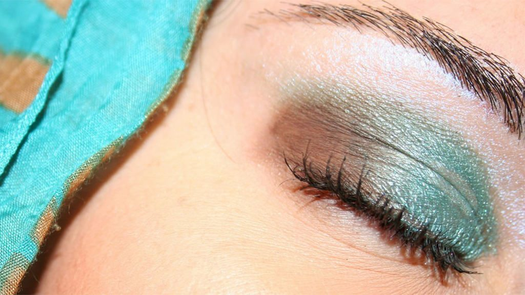Have you tried mineral makeup yet? I did, and I (still) love it!